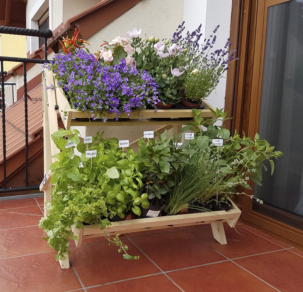 regał balkonowy z ziołami